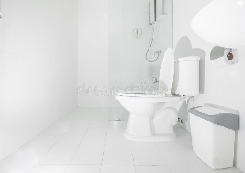 Czysta biała łazienka, nowożytny stylowy wnętrze zdjęcia royalty free
