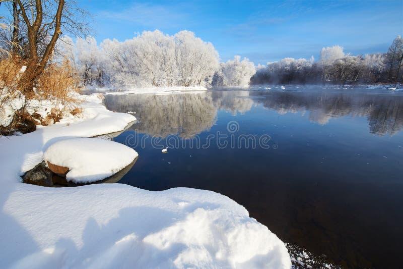 Czysta biała śniegu i zimy rzeka obraz stock