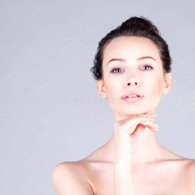 Czysta i świeża twarz kobieta Portret piękna kobieta z długiej szyi wzruszającym podbródkiem Rezultat twarzowy fotografia stock