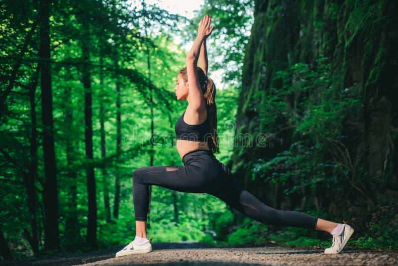 czysta perfekcja Sporta sukces Sprawności fizycznej kobieta z dobrym atlety ciałem sporty kobiety szkolenie w zielony lasowy Zdro obrazy stock