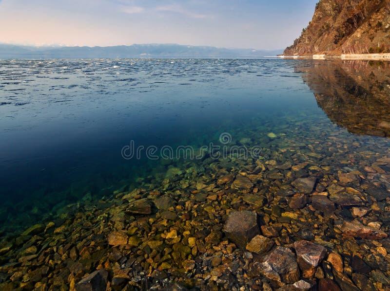 Czysta woda Jeziorny Baikal, śnieg topi w południe Baikal zdjęcia royalty free