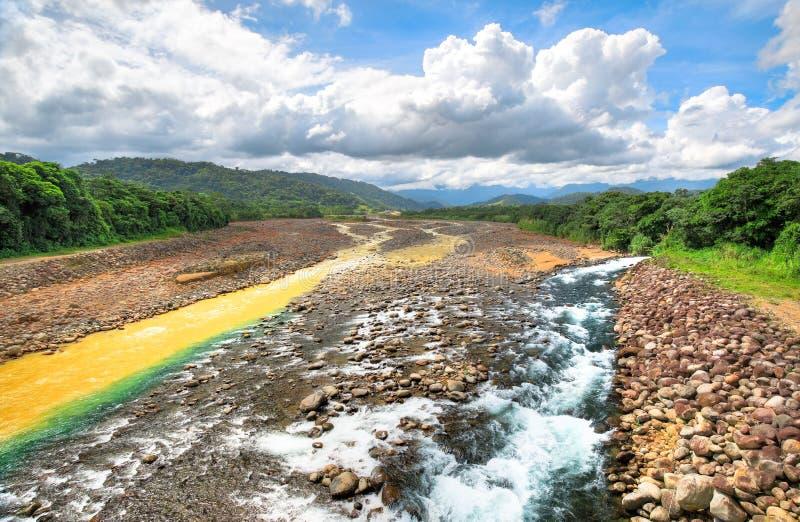 Czyste i mroczne rzeki zbiegają się w Costa Rica obraz stock