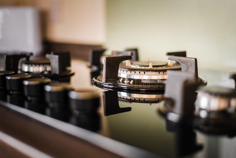 Czysty, błyszczący kuchenki hob i i Brać wśrodku złotego lekkiego jaśnienia na urządzeniu z zdjęcie stock