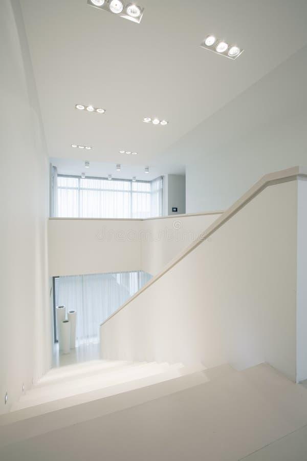 Czysty, biały schody wśrodku eleganckiego wnętrza, fotografia stock