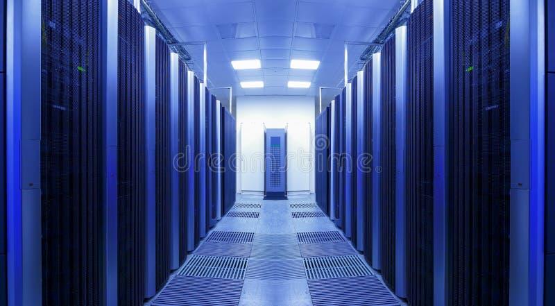 Czysty i konsekwentny rząd serwer dręczy w datacenter fotografia stock