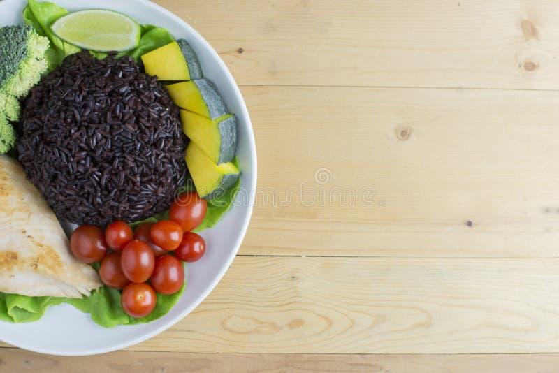 Czysty karmowy odgórny widok na drewno stole na dysku warzywa i kurczaka zdjęcia royalty free