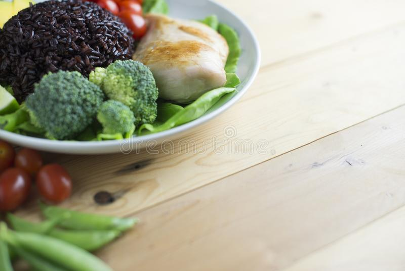 Czysty karmowy odgórny widok na drewno stole na dysku warzywa i kurczaka zdjęcia stock