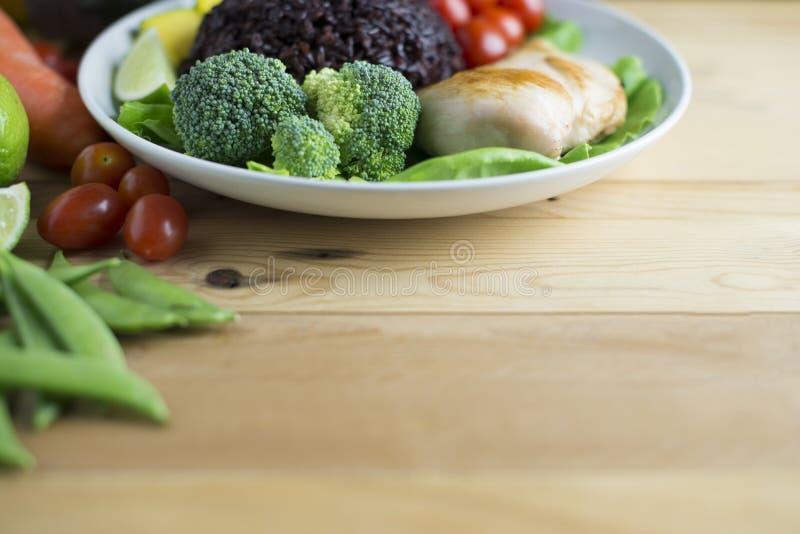 Czysty karmowy odgórny widok na drewno stole na dysku warzywa i kurczaka zdjęcie stock