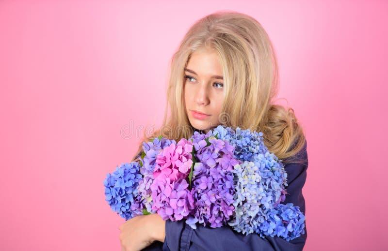 Czysty piękno Czułość młoda skóra Wiosna kwiat proste piękno Dziewczyny blondynki uściśnięcia śliczna hortensja kwitnie bukiet fotografia stock