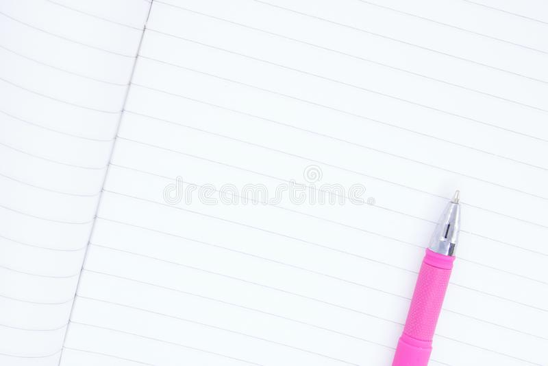 Czysty prześcieradło zamknięty w górę notatnik, ballpoint pióra zamknięci w górę kłamstwa na notatnika prześcieradle, miejsce dla zdjęcie stock