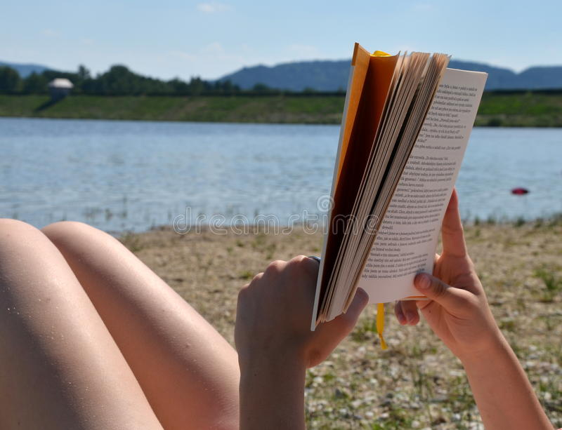 Czytać na plaży fotografia stock