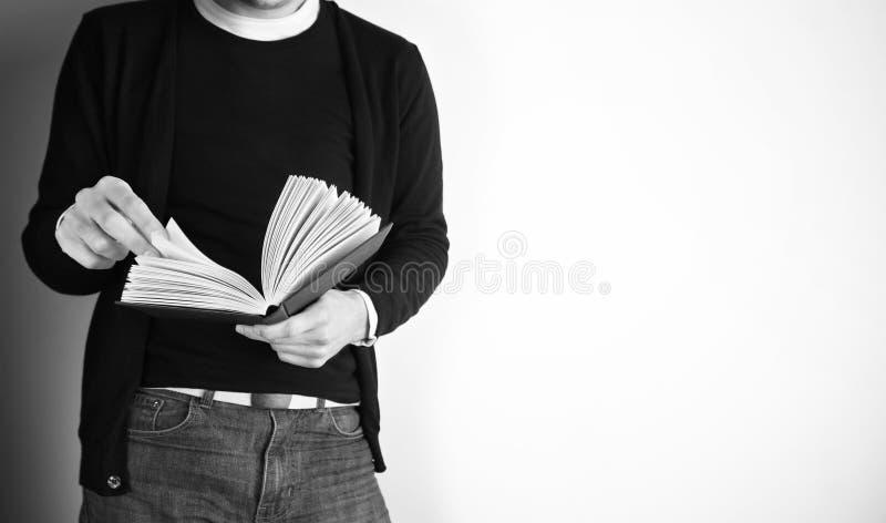 Czytać podczas gdy stojący - Akcyjny wizerunek fotografia stock