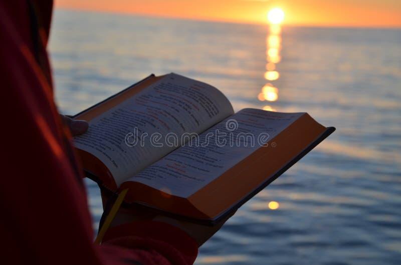 Czytać podczas zmierzchu na morzu bałtyckim zdjęcia royalty free