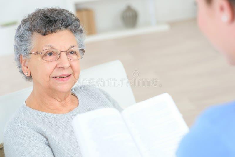 Czytać stara dama zdjęcia royalty free