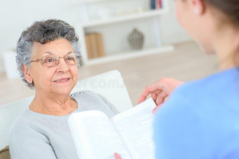 Czytać stara dama obraz stock