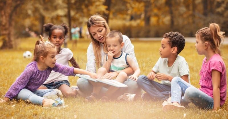 Czyta dziecko bajkę z ich dzieciństwem obraz royalty free