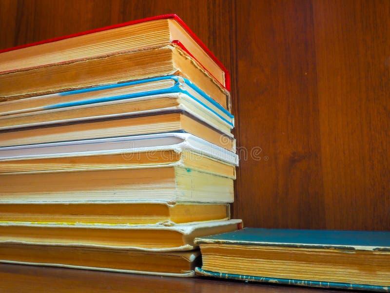 Czytający i przyskrzyniający podręczniki i książki czekają początek rok szkolny, swój ucznie i czytelnicy i zdjęcie royalty free
