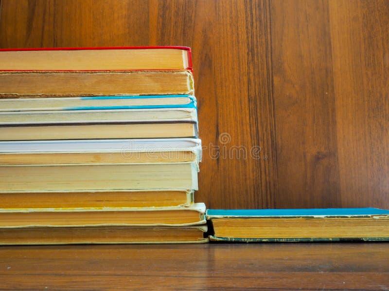 Czytający i przyskrzyniający podręczniki i książki czekają początek rok szkolny, swój ucznie i czytelnicy i obraz royalty free