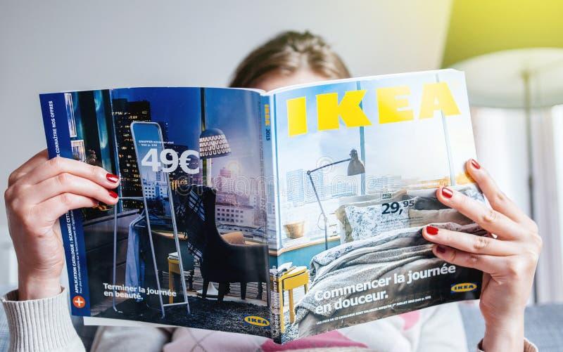 Czytający IKEA kataloguje fotografia stock