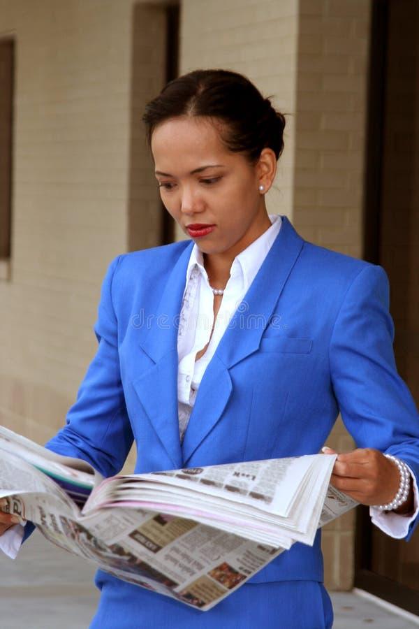 czytania gazety obrazy stock