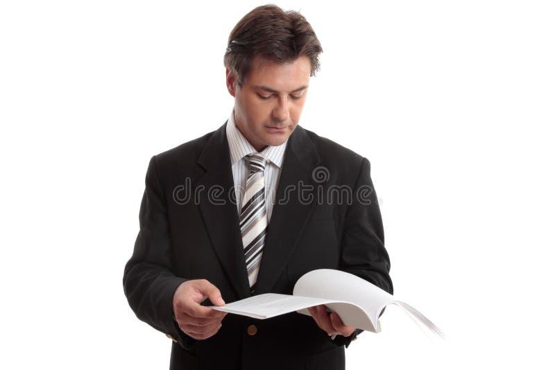 czytania sprawozdania biznesmena obraz stock