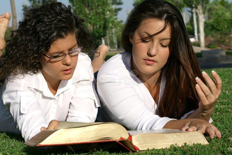 czytanie biblii zdjęcie stock