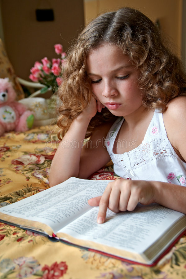 czytanie biblii na dobranoc obrazy stock