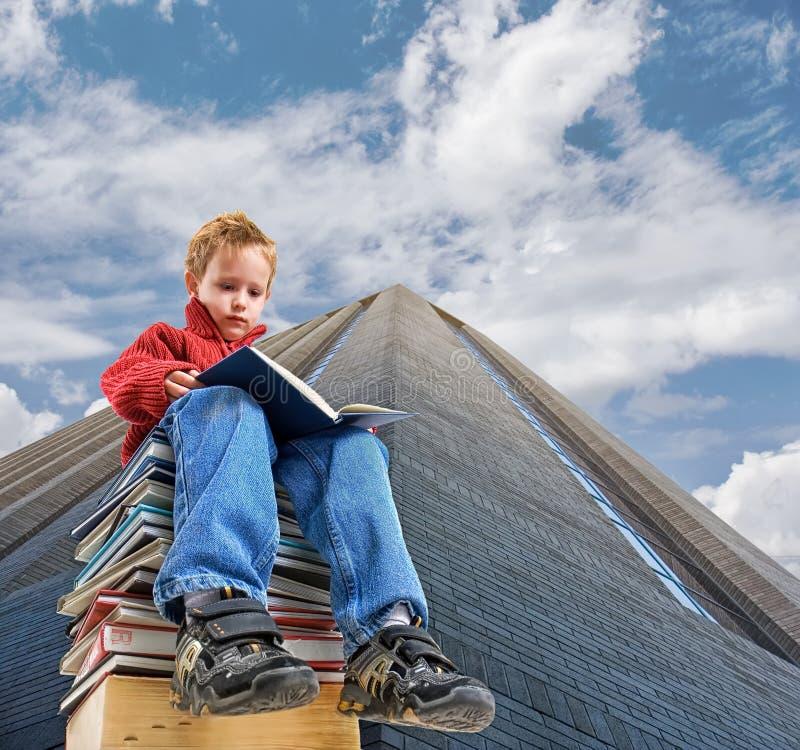 czytanie chłopca zdjęcia stock