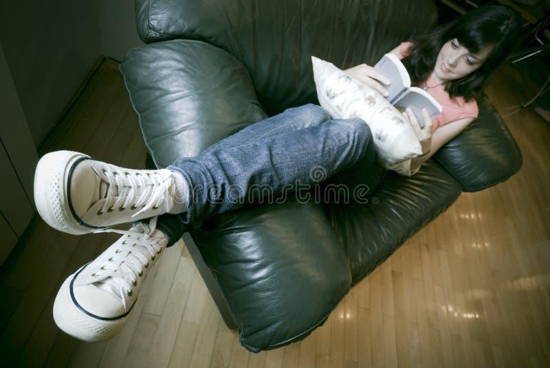 Download Czytanie dziewczyny zdjęcie stock. Obraz złożonej z odpoczynki - 2714780