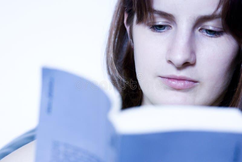 Download Czytanie dziewczyny zdjęcie stock. Obraz złożonej z decompresses - 2715230