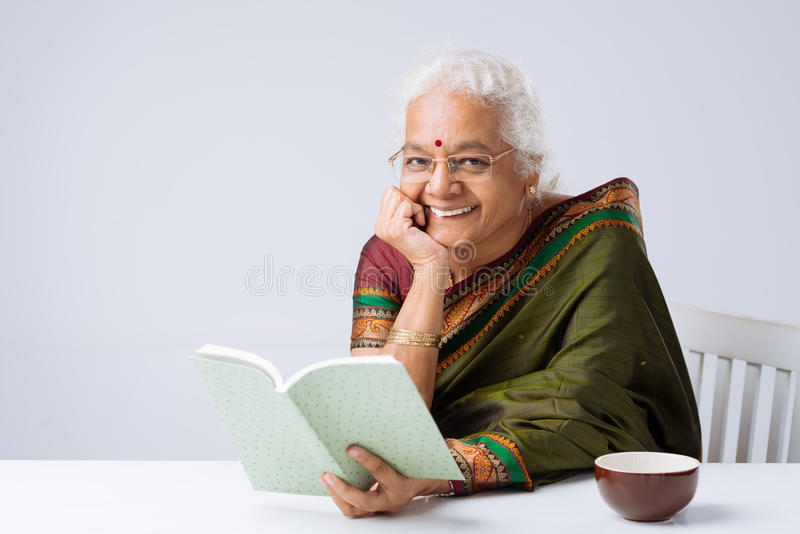 czytanie książki zdjęcie stock