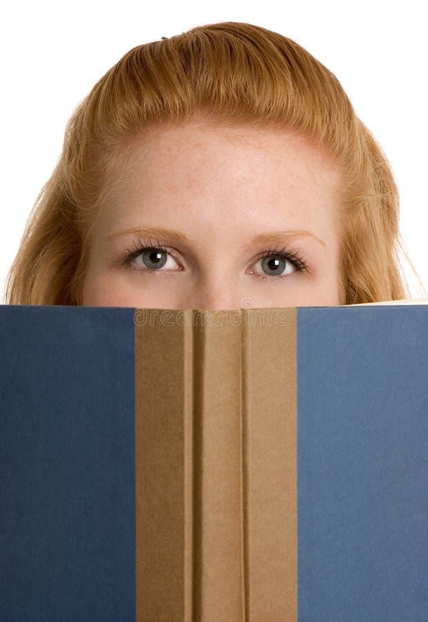 czytanie książki ucznia zdjęcia stock