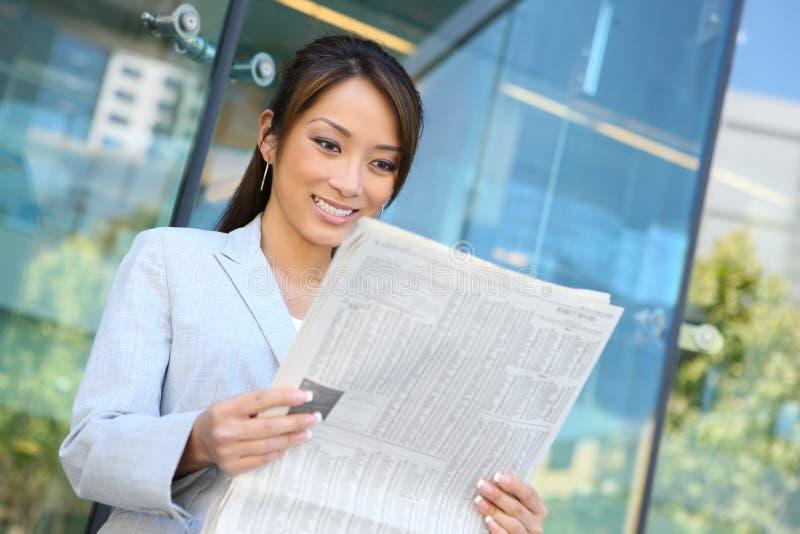 czytelnicza wiadomości gospodarcze kobieta zdjęcie royalty free