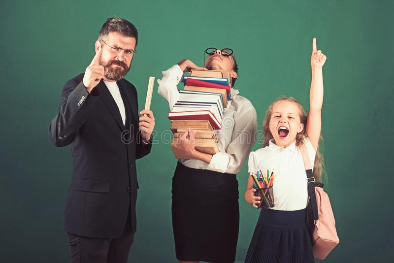 Czytelnicze książki przy szkołą czytelnicza lekcja z dwa uczennicami i nauczycielem obrazy stock