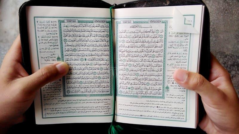 Czytelniczy koran przy meczetem zdjęcie royalty free