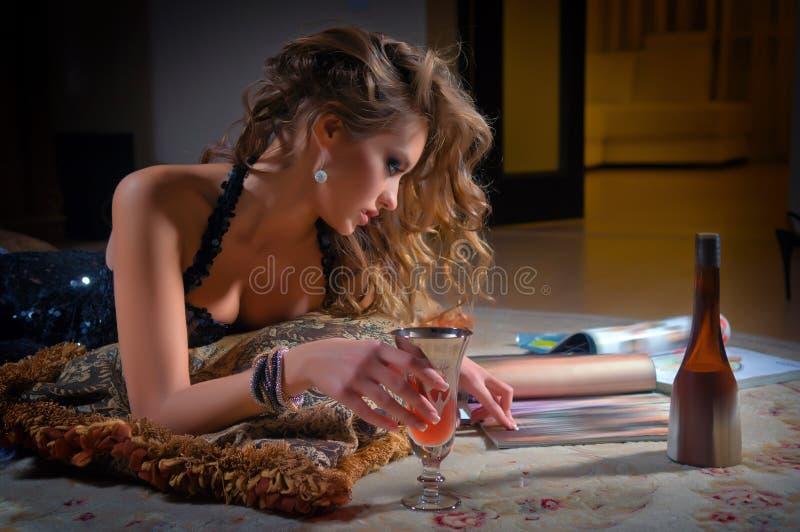 Czytelniczy młoda kobieta magazyn zdjęcia stock