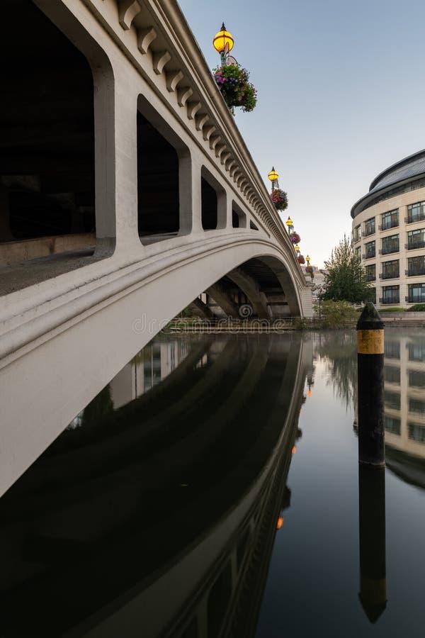 Czytelniczy most nad Rzecznym Thames, Berkshire, Anglia zdjęcia stock