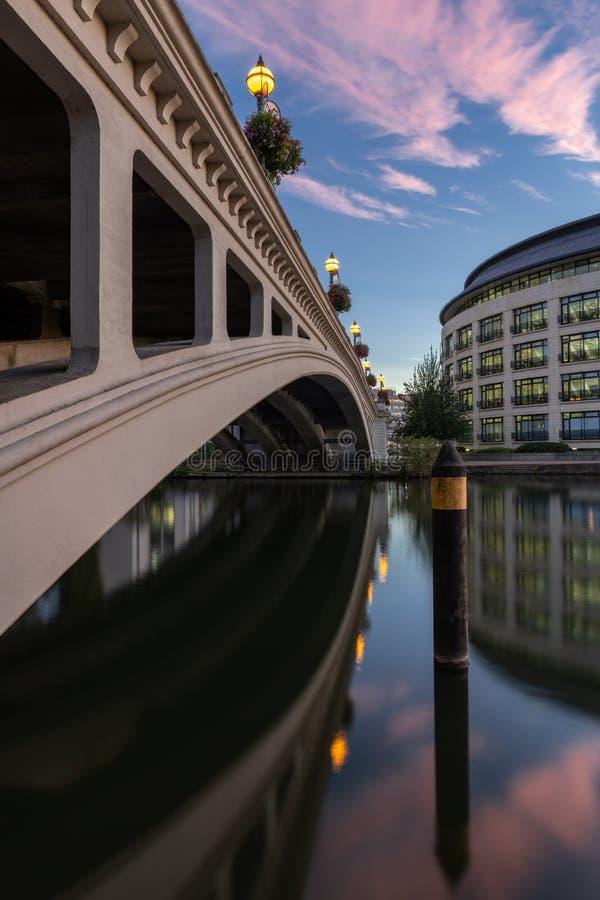 Czytelniczy most nad Rzecznym Thames, Berkshire, Anglia zdjęcie stock