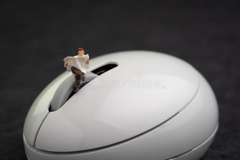 Czytelniczy online, strona internetowa, blog lub artykuł w nowożytnego interneta światowym pojęciu, miniaturowego postać mężczyzn zdjęcie stock