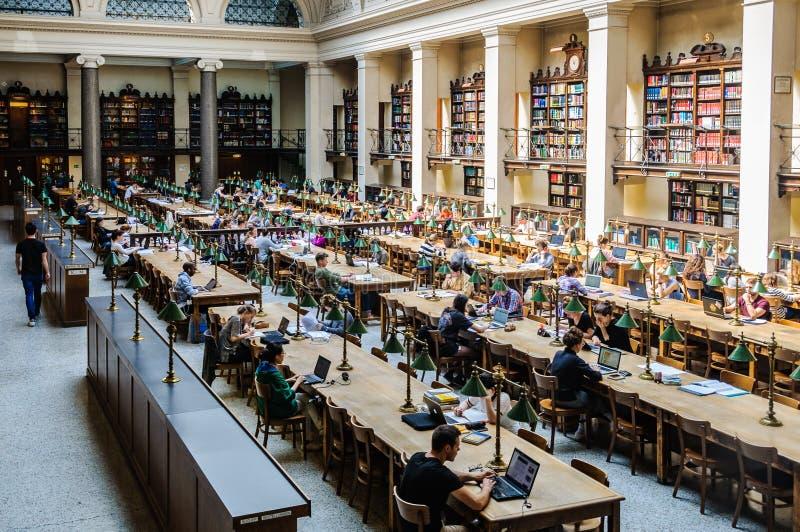 Czytelniczy pokój w bibliotece uniwersyteckiej w Wiedeń, Austria obraz stock