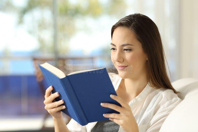Czytelnik czyta papierową książkę na leżance zdjęcia royalty free