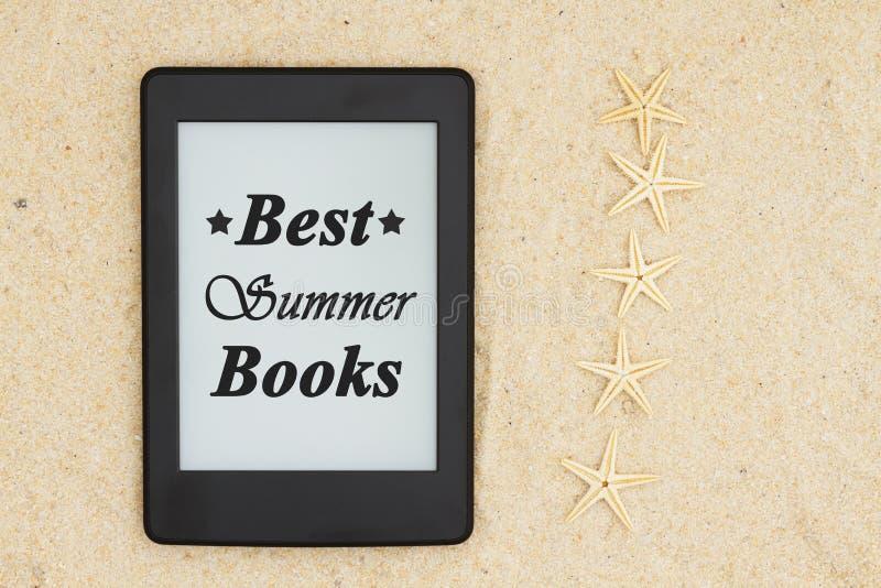 Czytelnik na plaży dla twój lata czytania z pięć rozgwiazdą z teksta Najlepszy latem Rezerwuje obraz stock