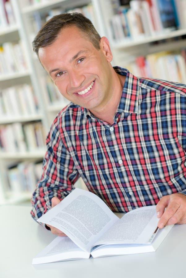Czytelnik ono uśmiecha się na krzywka zdjęcie royalty free
