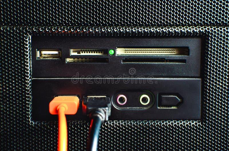 Czytnik kart w pececie gromadzić z dwa USB kablami łączył obraz royalty free