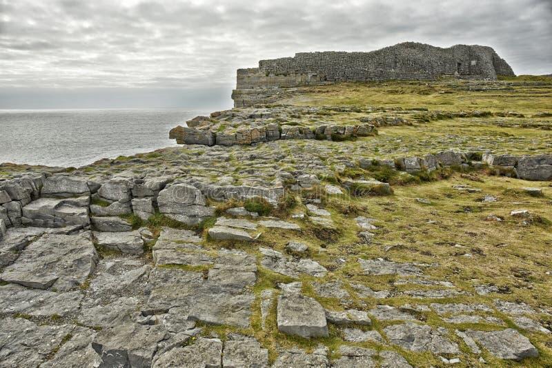 Dún Aonghasa o forte de pedra pré-histórico o maior em Inishmore dentro imagens de stock