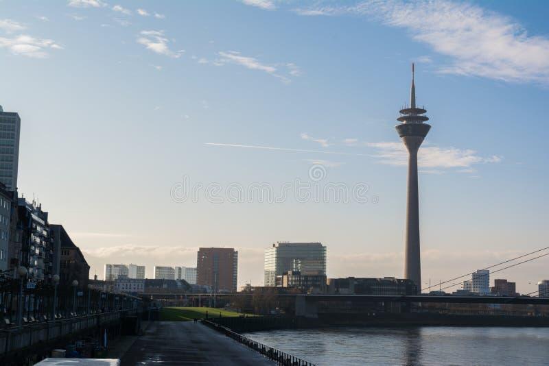 DÃ ¼ sseldorf pejzażu miejskiego krajobrazu TV wierza mosta Rhein Piękny dzień obrazy royalty free