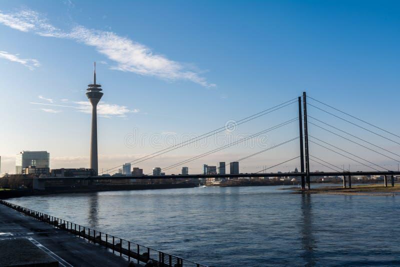 DÃ ¼ sseldorf pejzażu miejskiego krajobrazu TV wierza mosta Rhein Piękny dzień obraz stock