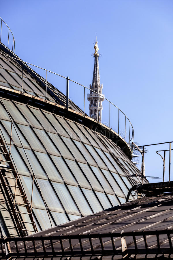 Dächer der Galerie Vittorio Emanueles II Highline-Galerie und im Hintergrund der Madonnina-Helm der Duomo-Kathedrale in Mailand lizenzfreies stockbild