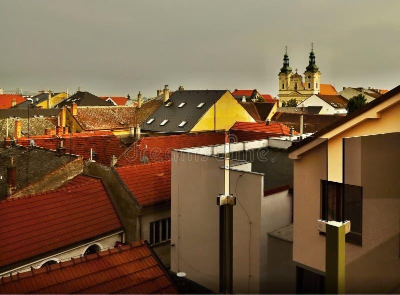 Dächer, Gebäude, Kirche bei Sonnenuntergang in Uherske Hradiste lizenzfreie stockfotos