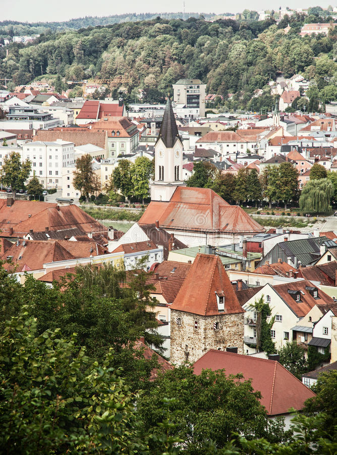 Dächer in Passau-Stadt mit Kirchturm, Architekturszene in G stockbilder